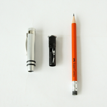 キャップは鉛筆削りになっていて、末端には消しゴム付き。専用のケースが付いているのも嬉しいですね。鉛筆の基礎を作ったブランドなので、書きやすさもお墨付きです◎
