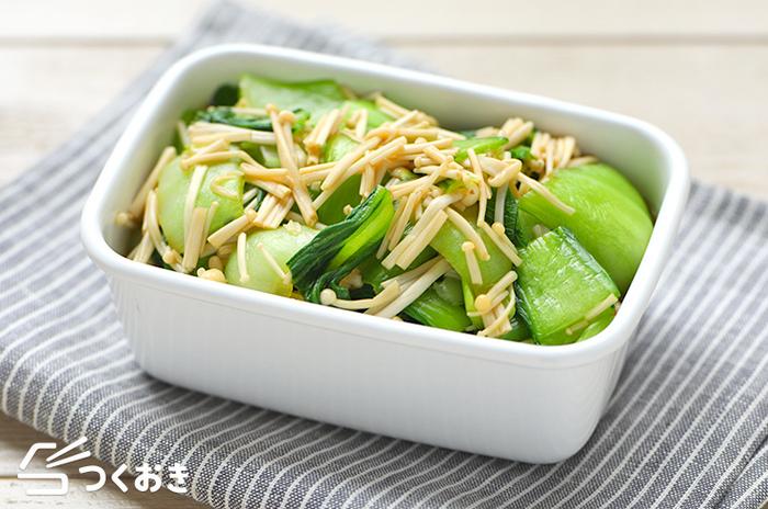 秋の味覚キノコ類の中でも使い勝手の良いエノキと、青梗菜で作る旬レシピ。茹でて和えるだけの簡単料理ですが、彩りもよく季節も感じさせてくれる副菜です。