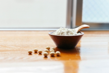 お豆腐屋さんやスーパーの油揚げの近くに売られていることの多いが生おから。それに対して、おからパウダーは、乾燥おからを粉末状にしたものです。 生おからは、水分が含んでいるので、日持ちしませんが、おからパウダーは乾燥させているので、常温で日持ちするのが特徴です。