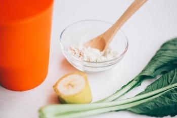 おからパウダーは、水をかければ生おからのようにして使えます。また、パウダー状を活かして、小麦粉に混ぜてお菓子に使ったり、パン粉の代わりにしたり、お肉のカサ増しに使ったりと用途を選びません。