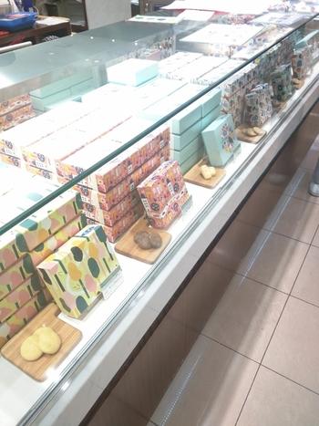 Fikaは、新宿伊勢丹のみで買うことのできる北欧の焼き菓子専門店です。ナチュラルで可愛らしい北欧柄のパッケージも大変人気があります。何より新宿限定なので、いつもたくさんのお客さんで賑わっていますよ。