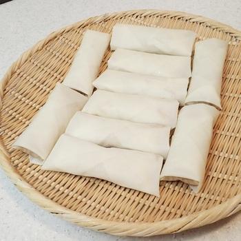 春巻きの皮は小麦粉でできているので、最後止める部分には小麦粉を水で薄めたものをノリの代わりにして止めるとしっかり止まりますよ。