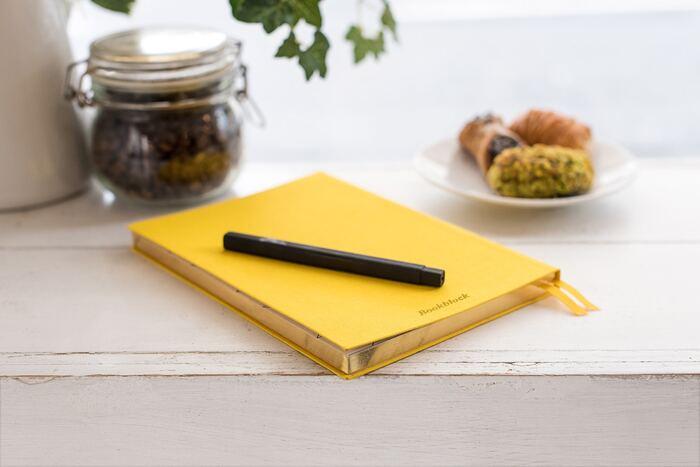 手帳を使いこなしてみたいけれど、何を書いたらいいか分からない。変化のない毎日で、手帳に書くことが取り立ててない。そんな手帳初心者さんや、手帳を持て余してしまう方には、まずなんでも書いてみることをおすすめします。手を動かしていると、脳が活性化されて、あれも書いてみよう、これもメモしておこうと、気分が乗ってきますよ。