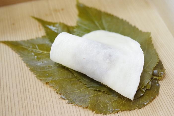 「長命寺 桜もち」は、1717年のなんと江戸時代から続く老舗の和菓子店です。小麦粉で作られた皮で作られた「関東風」の桜もちは、こちらのお店が発祥ともされています。300年以上変わらない味を伝え続けています。