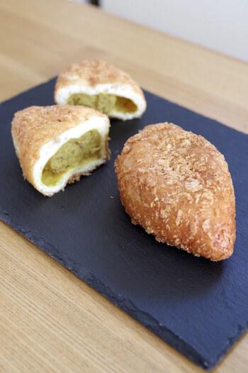 下町の江東区森下にある人気老舗パン屋さんカトレアは、パンとカレーを合わせて提供した、カレーパン発祥のお店とされています。元祖カレーパンは現在も大変人気で、手土産にもおすすめの一品です。