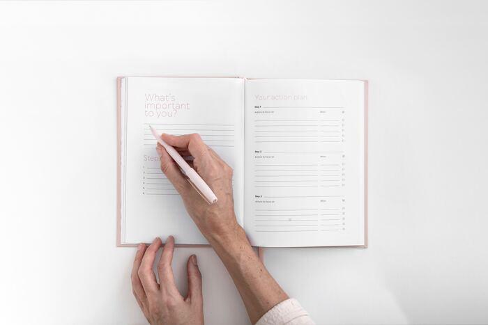 手帳の使い方のアイディアをご紹介しました。毎日忙しい方も、そうでない方も。手帳初心者の方も、書くことが大好きな方も。100人いれば100通りの使い方があります。あなたにぴったりの手帳の使い方で、素敵な毎日を過ごしてくださいね。