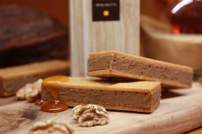 マジドゥショコラは、自由が丘にあるビーントゥバ-のチョコレート専門店です。カカオ豆の仕入れからチョコレートへの加工までを全て店内で行われているこだわりの商品がいただけます。中でも手土産のおすすめはオリジナルチョコレートの「マジドカカオ」です。