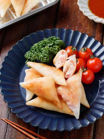 春巻きの皮を3等分にカットし、手で潰したはんぺん、チーズ、ベーコンを三角にクルクルと巻いて完成の簡単レシピ。揚げたものの粗熱を取れば冷凍保存も可能です。忙しいお弁当作りに一役買ってくれる便利なレシピです。