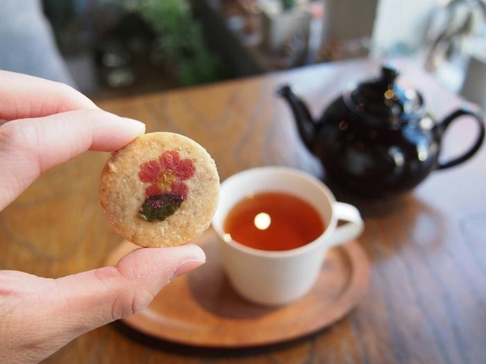 エディブルフラワーのクッキーは、手土産にとってもおすすめです。可愛らしいお花が添えられたクッキーは全て手作りで、お子様も食べられるようにナチュラルな素材にもこだわっています。イートインスペースもあり、素敵なカフェタイムが過ごせますよ。思わずかわいい!と声をあげてしまう、おすすめスイーツです。