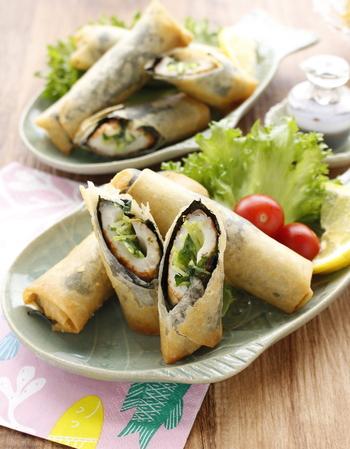 いつものお弁当で大活躍してくれる竹輪に豆苗とマヨネーズを入れたら、海苔と春巻きの皮で巻いて立派なおかずに大変身!