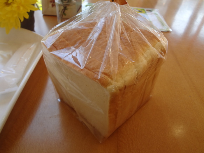こちらの食パンは板橋区が選ぶ「板橋のいっぴん」でも紹介されている人気の商品です。もっちりとした食感の食パンは、そのまま食べても焼いても美味しい一品で、毎日の食卓にも大活躍です。何よりとってもリーズナブルなので、パン好きの方への手土産に選びたい商品です。