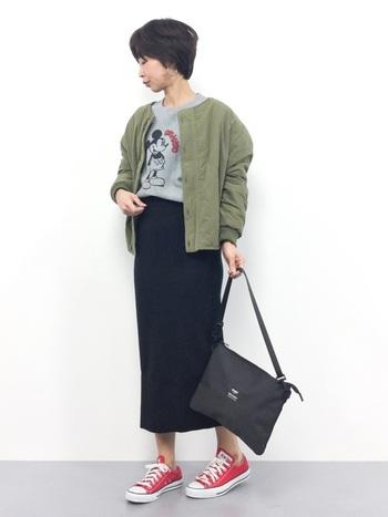 キルティング側で着るとタイトスカートスタイルが一気にリラックスコーデに変身。スウェットやトレーナーとも相性抜群。一枚でさまざまな表情を出せるのがリバーシブルの魅力です。
