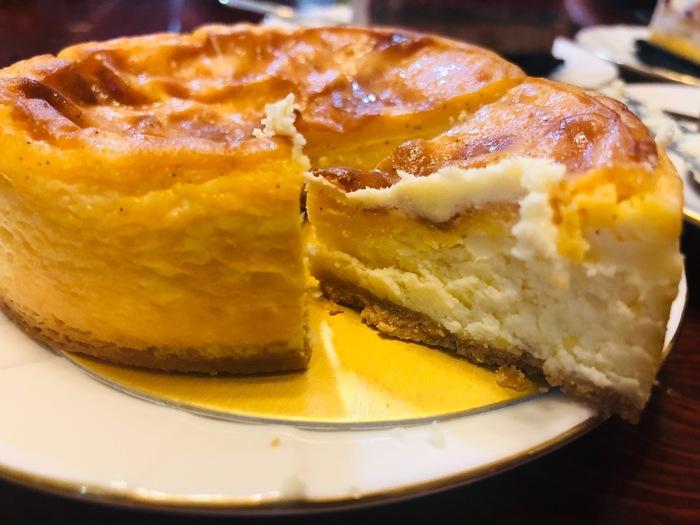 江戸川区の西葛西駅にある人気の洋菓子店です。常時70種類ものケーキが並び、地元でも人気のお店です。特に人気のケーキが「ワインと楽しむ大人のためのチーズケーキ」で、その名の通りワインなどお酒のおつまみとしても楽しめるように、甘さをかなり控えて作られているオリジナルケーキです。