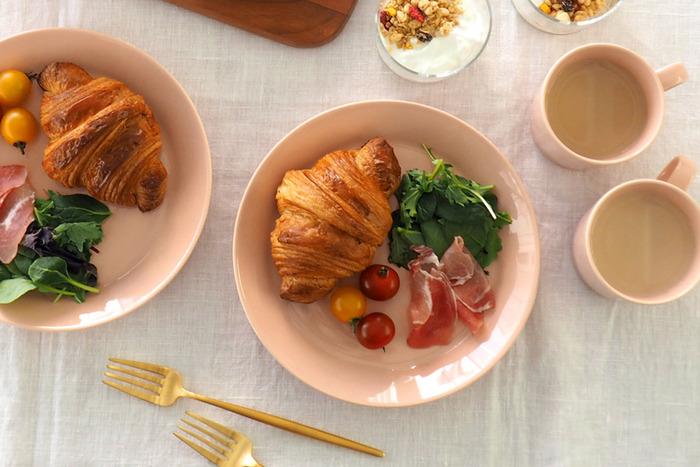 直径21㎝のプレートは肉料理や魚料理などのメインのおかずをはじめ、こちらの写真のように朝食のワンプレートにもちょうどいい大きさです。2019年の新色「パウダー」は、淡いトーンのベージュピンクが上品な雰囲気です。同じカラーで統一するのも素敵ですが、パールグレーやホワイトの器と組み合わせてもおしゃれですよ。ぜひ食卓のインテリアに合わせて、お気に入りのカラーを選んでみてはいかがでしょうか。