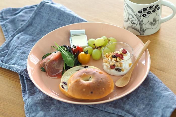 フィンランドを代表するテーブルウェアの2大ブランド、「ARABIA(アラビア)」と「iittala(イッタラ)」。 おしゃれなデザインと機能性を兼ね備えた素敵なアイテムを数多く展開し、日本でも多くのファンから愛されている人気ブランドです。 北欧らしいモダンで洗練されたデザインの器は、和・洋どんな料理も美味しそうに引き立てて、食卓を華やかな雰囲気に演出してくれます。 今回はそんなたくさんの魅力が詰まった「アラビア&イッタラ」の北欧食器をご紹介します。
