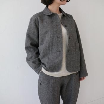 冬なので薄いよりも厚い方が良いですが、アイテムによって厚みを変えるのもおすすめ。中に着るシャツやワンピースなどはあまり厚すぎるとゴワついてしまうので、羽織やコートは少し肉厚なリネンのものや、ウール混などのものを選ぶと着やすいです。