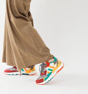 パッと目を引くカラフルなスニーカーは、「adidas(アディダス)」とコラボした「White Mountaineering(ホワイトマウンテニアリング)」のもの。  今っぽいボリュームとハイテク感が、大人しくなりがちなシンプルコーデのアクセントになります。ほっこりで終わらない大人の遊び心を感じるコーディネートですね。
