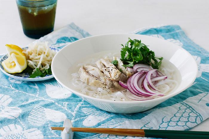 直径21㎝のボウルは一人分のカレーや麺料理から、煮物・揚げ物などの大皿料理まで、和・洋ジャンルを問わず幅広い料理に活躍してくれます。やわらかい色味のホワイトは食材の色が綺麗に映えるので、お野菜たっぷりのエスニック料理や、色鮮やかなパスタ料理にもおすすめです。ティーマシリーズはカラーバリエーションが豊富なので、季節ごとに器の色を変えてコーディネートするのも楽しいですよ。
