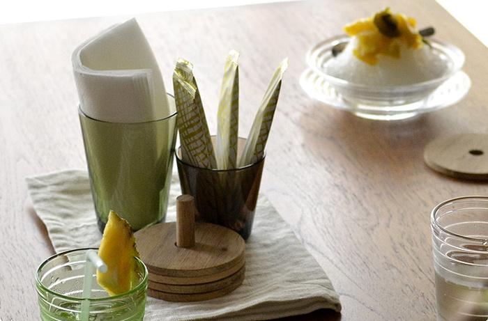 テーブルに置くだけでも絵になる美しいグラスは、こんな風にペーパーナプキンやシュガー入れとして使うのも素敵ですよ。シンプルかつスタイリッシュなデザインが特徴のカルティオシリーズは、多彩なカラーバリエーションも魅力のひとつ。食器やインテリアに合わせて、お気に入りのカラーを選んでみてはいかがでしょうか。