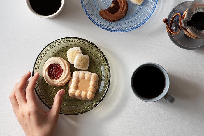 直径17㎝のプレートはクッキーなどの焼き菓子や、おつまみのチーズを盛るのにちょうどいい大きさです。ガラスの食器は春夏のイメージがありますが、こちらのようにシックなカラーは秋冬の食卓にもぴったりです。食事の時には副菜を盛り付けたり、メイン料理の取り皿に使ったりと、幅広い用途に活躍してくれます。