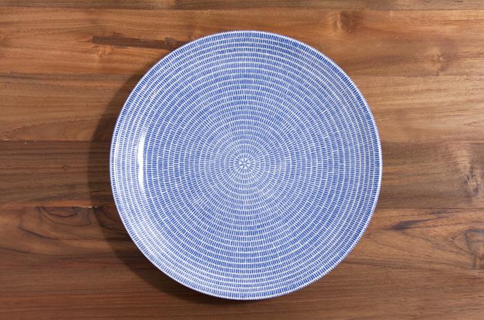 こちらは24hシリーズをベースにKoKoのデザイナー、Kati Tuominen-Niittyla(カティ・トゥオミネン=ニーットゥラ)がデコレーションを施した「AVEC(アベック)」シリーズです。和・洋どちらの食卓にも馴染む上品な色味と、放射状に描かれた繊細な模様が印象的です。