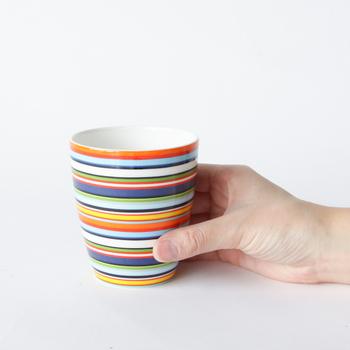 こちらは世界的に有名な工業デザイナー、Alfredo Haberli(アルフレッド・ハベリ)が1999年にデザインした「Origo(オリゴ)」シリーズのマグカップです。オレンジやイエローなどのビタミンカラーを組み合わせた、カラフルなデザインが特徴です。おしゃれなペアセットのマグカップは、日常使いはもちろんのこと、結婚祝いや引っ越し祝いなど特別な贈り物にもおすすめです。