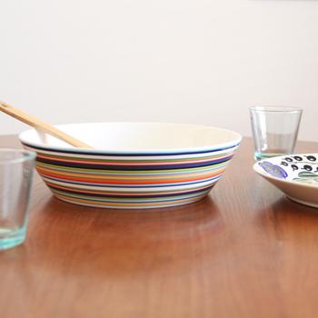 こちらは直径約26㎝のサービングボウル。肉料理や魚料理、揚げ物や炒め物など、和・洋様々な料理に活躍してくれます。縁の部分が立ち上がった深さのあるデザインなので、煮物など汁気のある料理にも使用できますよ。カラフルなオリゴシリーズの器で、食卓を明るく華やかな雰囲気に演出してみませんか?