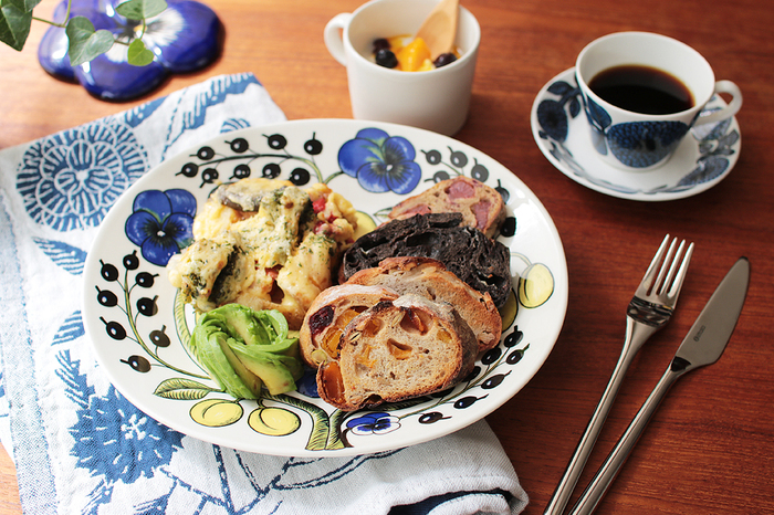 パラティッシにはモノトーンの「Black(ブラック)」や紫をポイントにした「Purple(パープル)」など3種類のデザインがありますが、こちらの「Color(カラー)」は3つの中で一番はじめにデザインされた作品です。パラティッシのスタンダードなシリーズとして愛されているColorは、ブルー×イエローの鮮やかな絵付けが特徴的。こちらの写真の「オーバルプレート25㎝」は、肉料理や魚料理などメインのおかずを盛り付けるのにちょうどいい大きさです。そのほかにもパスタやサラダ、朝食のワンプレートなど幅広い用途に使用できます。