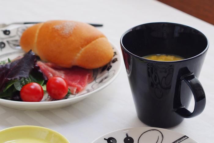 """シンプルなデザインのココシリーズは、先ほどご紹介した「パラティッシオ」や「エステリ」ともコーディネートしやすく、アイテムの組合せ方次第で様々な雰囲気を演出できます。朝食にはこんなふうにパラティッシオの食器を組み合わせて、素敵なテーブルコーディネートを楽しんでみませんか?使いやすくておしゃれなココシリーズは、毎日の""""定番食器""""にぜひおすすめです。"""