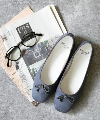 脱ぎ履きしやすくさっと履ける靴は、忙しい人の味方。カジュアルに履けるスニーカーやきれいめに見せられる革靴など、紹介したコーディネートを参考にして活用してみてくださいね。