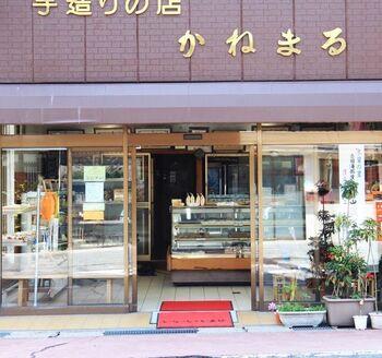 木曽福島駅から徒歩5分の場所にある「かねまる」は昭和27年創業のお菓子屋さん。諸説ありますが、元祖牛乳パンを謳うお店の一つです。