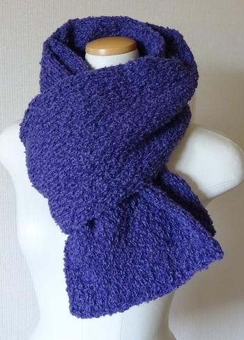 太めの毛糸を使って編むと、ざっくりとしたラフな雰囲気の作品に仕上がります。やわらかな手触りでほっこりとした気持ちになれそうです。