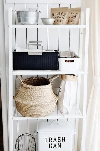 食品ストックは立ててしまったり、ぴったりサイズの収納ボックスを選んだり…ちょっとした工夫で見やすくすることができます。 ご紹介のアイディアを参考に、お家に合った収納方法を見つけてみてくださいね。