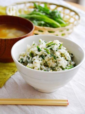 春菊の苦味とごま油が見事にマッチングした混ぜご飯。緑が綺麗なので、いつものおかずにご飯を緑がきれいなこちらのご飯にするだけで、見た目も大満足のお弁当になりますね。