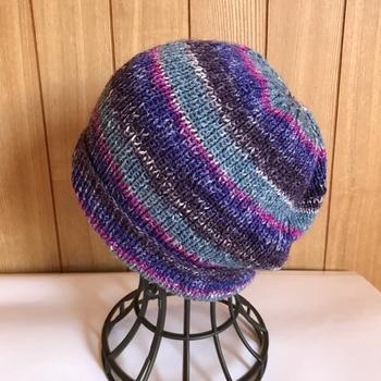 ゴム編みは縦に模様が入っていく編み方で、表目と裏目が1目ずつ交互になる編地です。毎段、下の編み目と同じ編み目で編んでいきます。