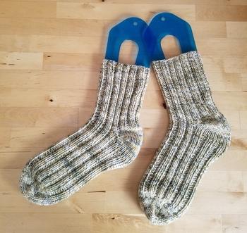 ゴム編みには1目ゴム編みと2目ゴム編みという種類があり、2目ゴム編みでは表目と裏目を縦に2目ずつ交互に編んでいきます。実は2目ゴム編みの方が模様をきれいに出しやすいので、初心者さんにもおすすめの編み方です。