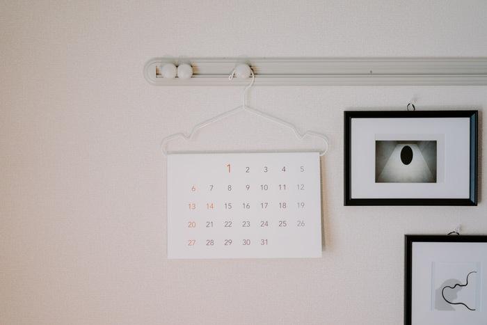 こんなにシンプルなデザインのカレンダー×ハンガーの組み合わせなら、こんなにすっきりとしたインテリアに変身! 目から鱗のアイデアではないでしょうか。