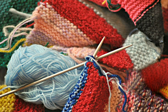 セーターやベストなど大きなアイテムを編んでいける棒針編み。編み方を組み合わせることで、さまざまな模様を作っていくことができます。普段使いのニットを自分で編むことができたら、思い入れの強い素敵なアイテムになりそうですよね。