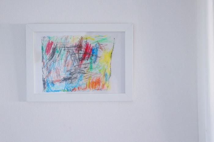 こちらの作品名は「にじ」。小さい子ならではの、迫力ある色使いにはっとさせられます。白いフレームがよく似合っていますね。