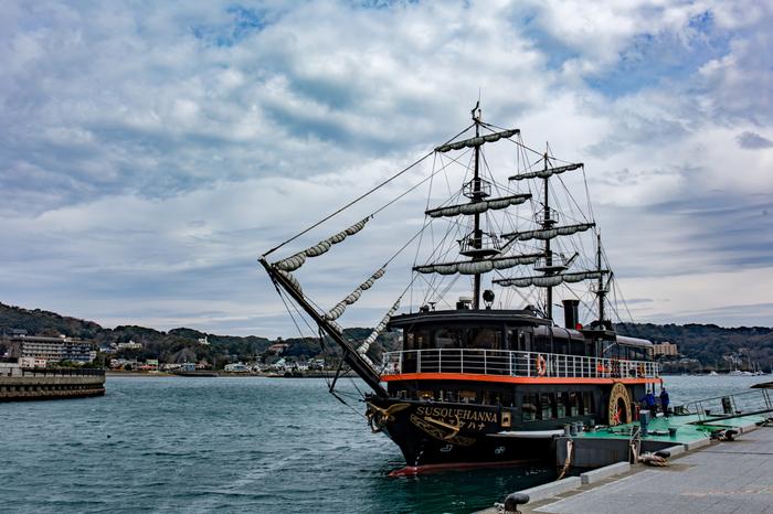 港には「ペリー上陸の碑」をはじめ、黒船をイメージした遊覧船「サスケハナ」が停泊。注目は、サスケハナに乗って港内を見学する「下田港内めぐり」です。教科書での勉強とはひと味違う、貴重な体験ができるでしょう。
