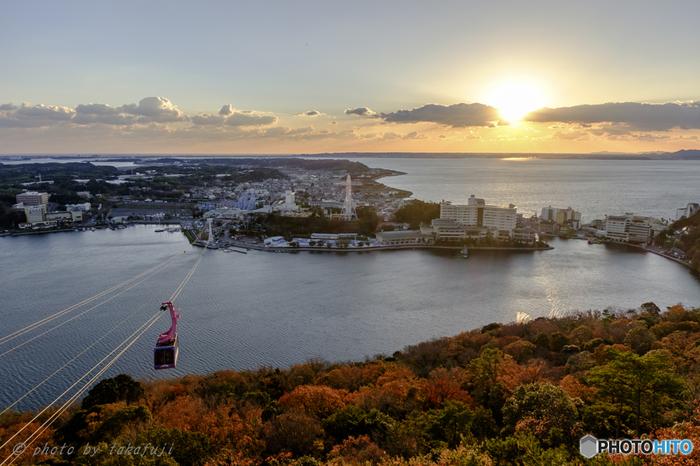 静岡の観光名所・浜名湖の東岸に位置する、浜名湖かんざんじ(舘山寺)温泉。交通の便の良さから、温泉だけでなく様々なレジャー施設が集まる、静岡屈指の行楽エリアです。