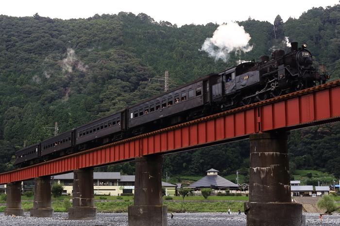 静岡県の中央部・島田市にある川根(かわね)温泉。1994年に開湯した、比較的新しい温泉です。近くには大井川が流れており、川沿いの「道の駅 川根温泉」を中心に小さな温泉街が広がります。街の中心を「大井川鉄道」が横切ることから、鉄道ファンの間でも人気の温泉地です。
