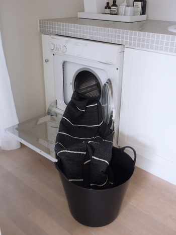 カーテンは洗濯機で洗えるものも多いので、比較的楽に手入れができます。また、ラグやソファカバーなども洗濯機OKのものなら天気のいい日に洗濯機で洗い、一日干しておくと良いでしょう。