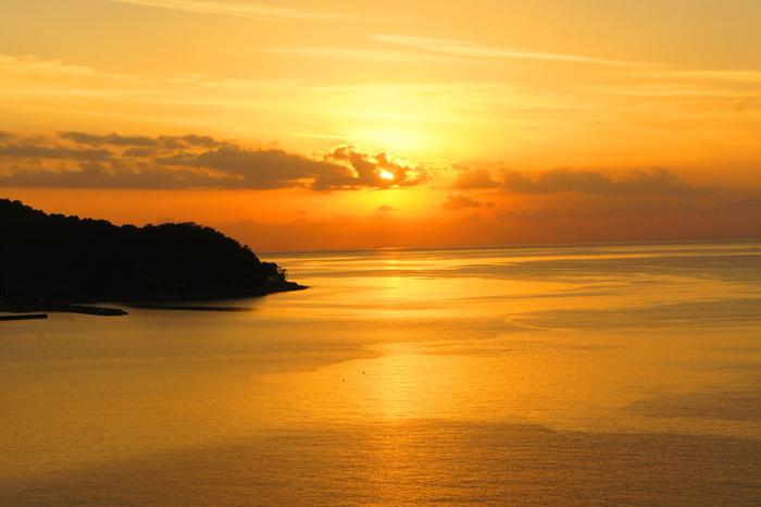 西伊豆エリア最大の温泉地・土肥(とい)温泉は、自然に囲まれた風光明媚な温泉地です。特に、駿河湾に沈む夕日は絶景!「恋人岬」や「旅人岬」からの景色は、土肥温泉の名物となっています。