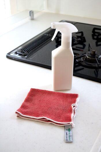 漬け置き洗いしている間に、レンジフードやコンロまわりの拭き掃除をしましょう。重曹水を吹きかけて雑巾で拭いていきます。汚れがこびりついている場合は、スプレーを吹きかけたあとラップでパックしてしばらく放置し、メラミンスポンジでこすって落とします。