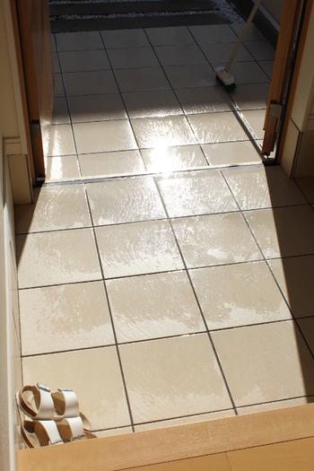 たたきはほうきで掃いたあと、水を少量まいてデッキブラシでゴシゴシするとキレイになります。水をまけないマンションなら、濡らした雑巾で拭いていきましょう。玄関を開けて乾燥させるか、乾拭きで仕上げます。