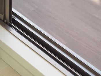 カーテンを洗濯して外に干している間に窓掃除をしてしまうのがおすすめです。まずは網戸を先に掃除しましょう。掃除機でホコリを吸い取ったら、フローリングシートのウェットタイプで拭いていきます。そのあと乾拭きをして、四隅を拭けば終わりです。