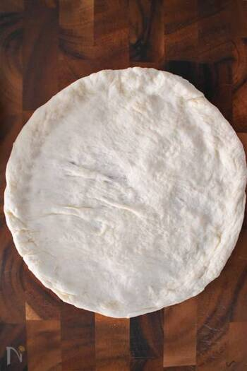 こちらは、モチモチ感とほんのり甘みが感じられるピザ生地のレシピ。電子レンジで手早く発酵させるので、時短で作れるのもポイントです。