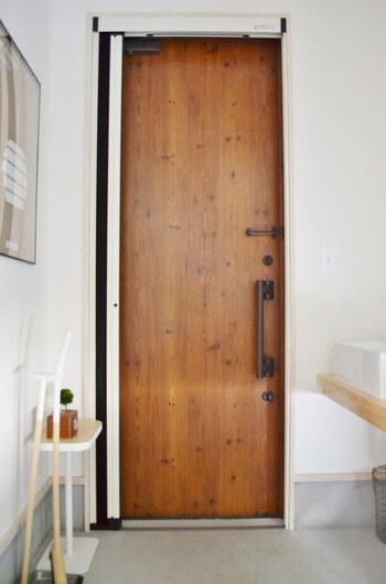 手垢がついている玄関ドアは、雑巾に重曹水をスプレーしてドアを両面拭き、水拭き→乾拭きの順で仕上げます。ドアを開けながら拭き掃除すれば、たたきや下駄箱の掃除後の乾燥もできるので一石二鳥です。