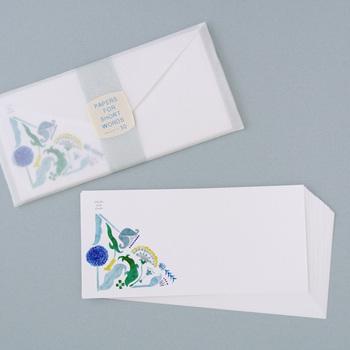 ラトビアの旅から生まれた、どこかノスタルジックな花模様が印象的。短いメッセージにぴったりな、繊細で上品な一筆箋を30枚揃えました。